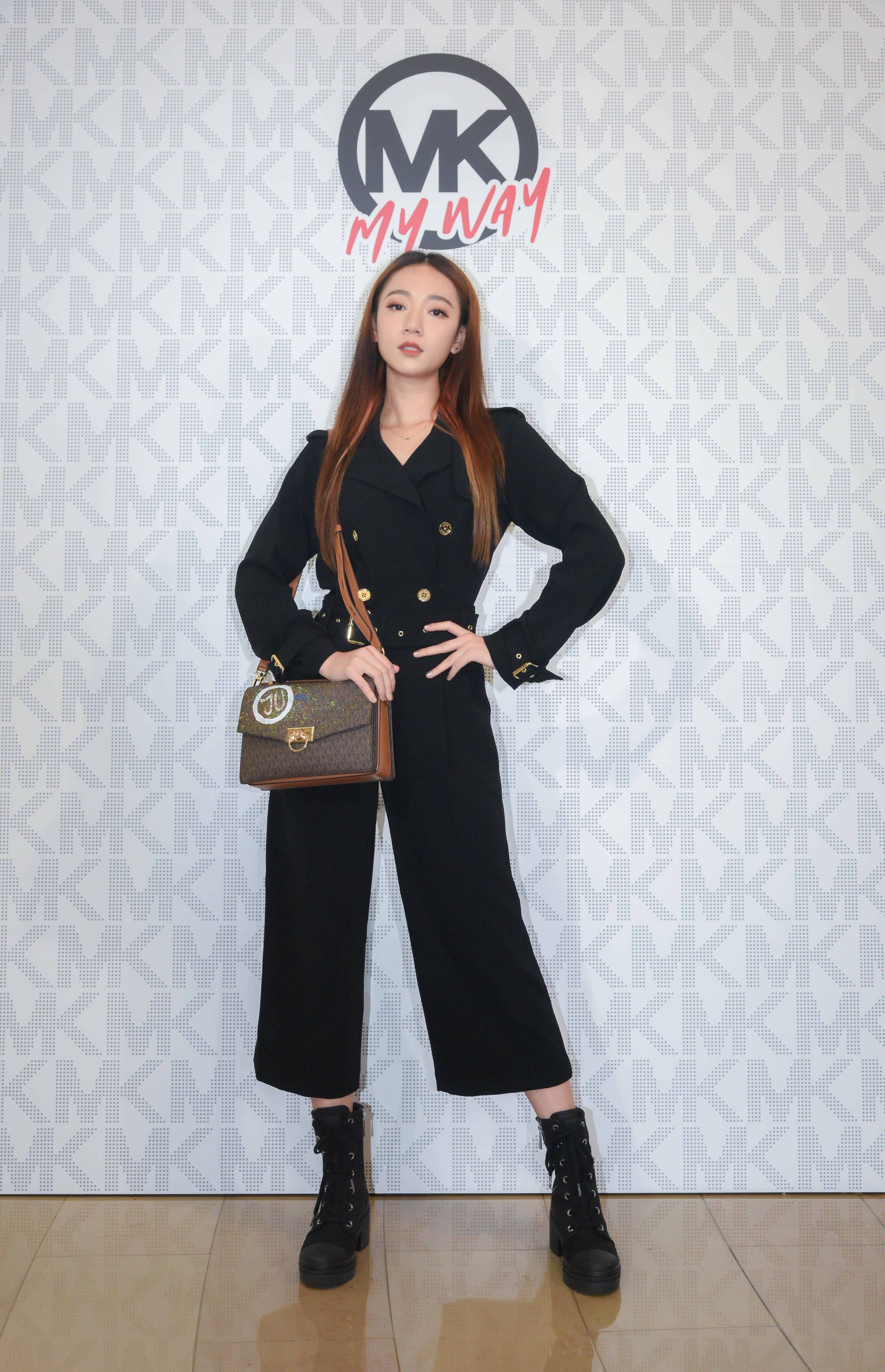 Julia 吳卓源以一襲俐落的黑色西裝式連身褲,輔以個性十足的綁帶軍靴,展現新生代歌手的俐落風格