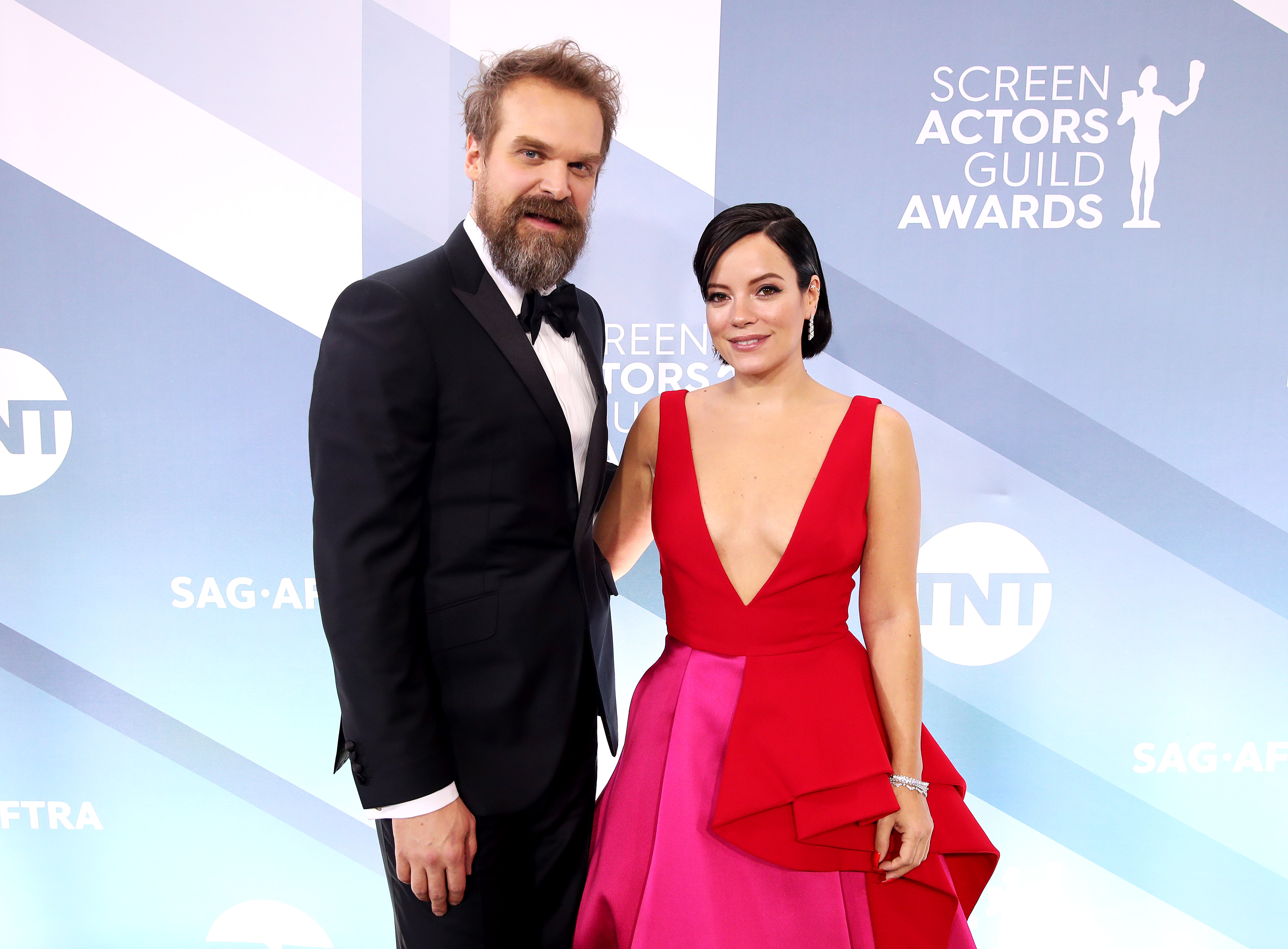 LOS ANGELES, CALIFORNIA - JANUARY 19: (L-R) David Harbour and Lily Allen attend the 26th Annual Screen Actors Guild Awards at The Shrine Auditorium on January 19, 2020 in Los Angeles, California. (Photo by Rich Fury/Getty Images)