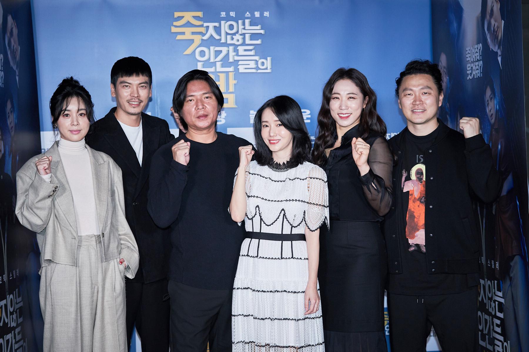 導演申政沅(左三)率領主要演員李貞賢(中)、金聖午(左二)、徐令姬(左)、李美到(右二)、梁東根(右)出席媒體試映記者會