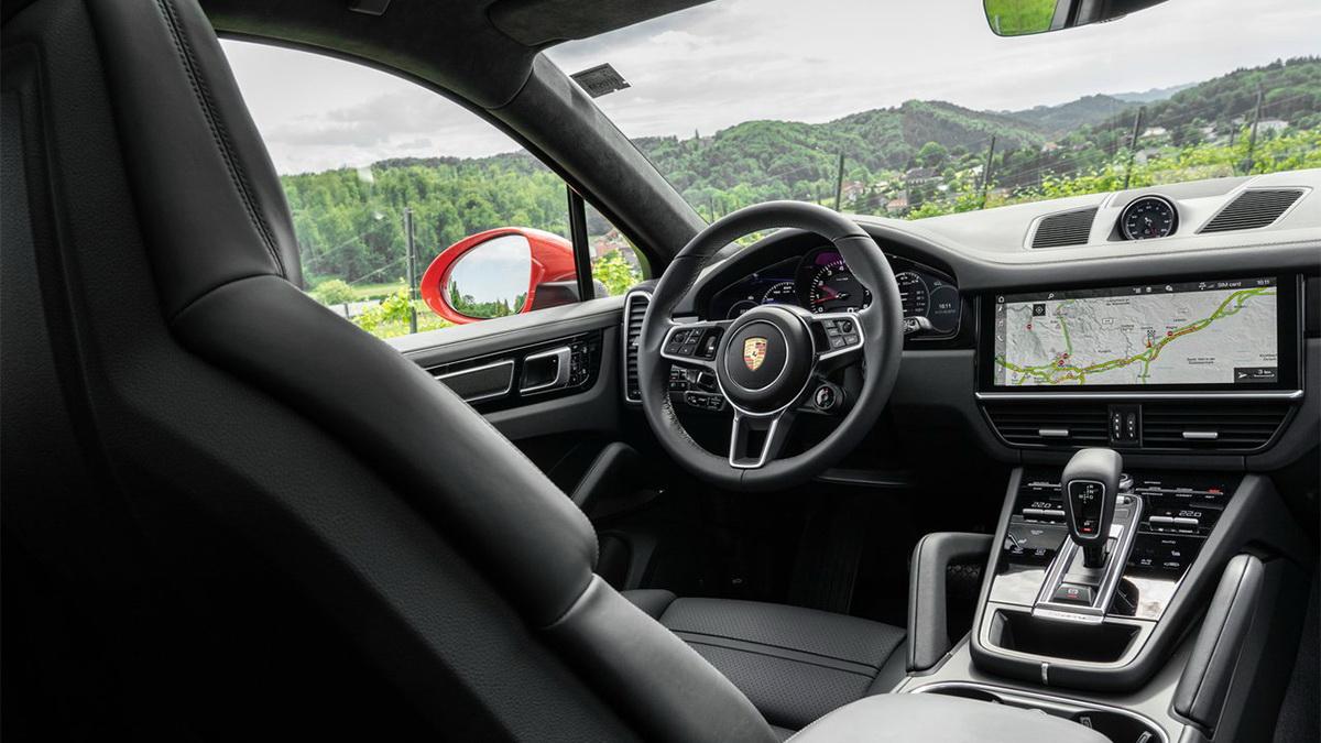 圖/2021 Porsche Cayenne Coupe V6採用保時捷經典佈局的儀錶組,將轉速錶置於中央,左右兩側分別設置一組,讓各種操作變得更直覺簡易。