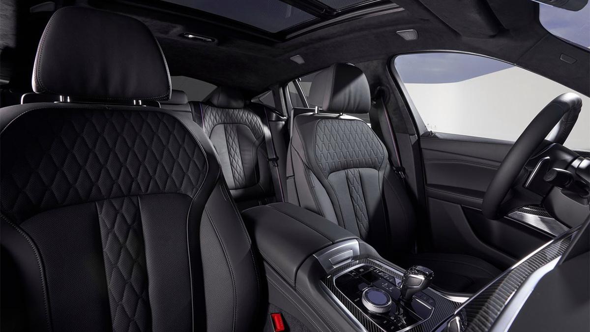 圖/2020 BMW X6 xDrive40i將現代化設計理念由車外延伸至車內,除了標配真皮包覆跑車座椅,還可選配碳纖維內裝飾板,提供兼具舒適與運動化的駕馭體驗。
