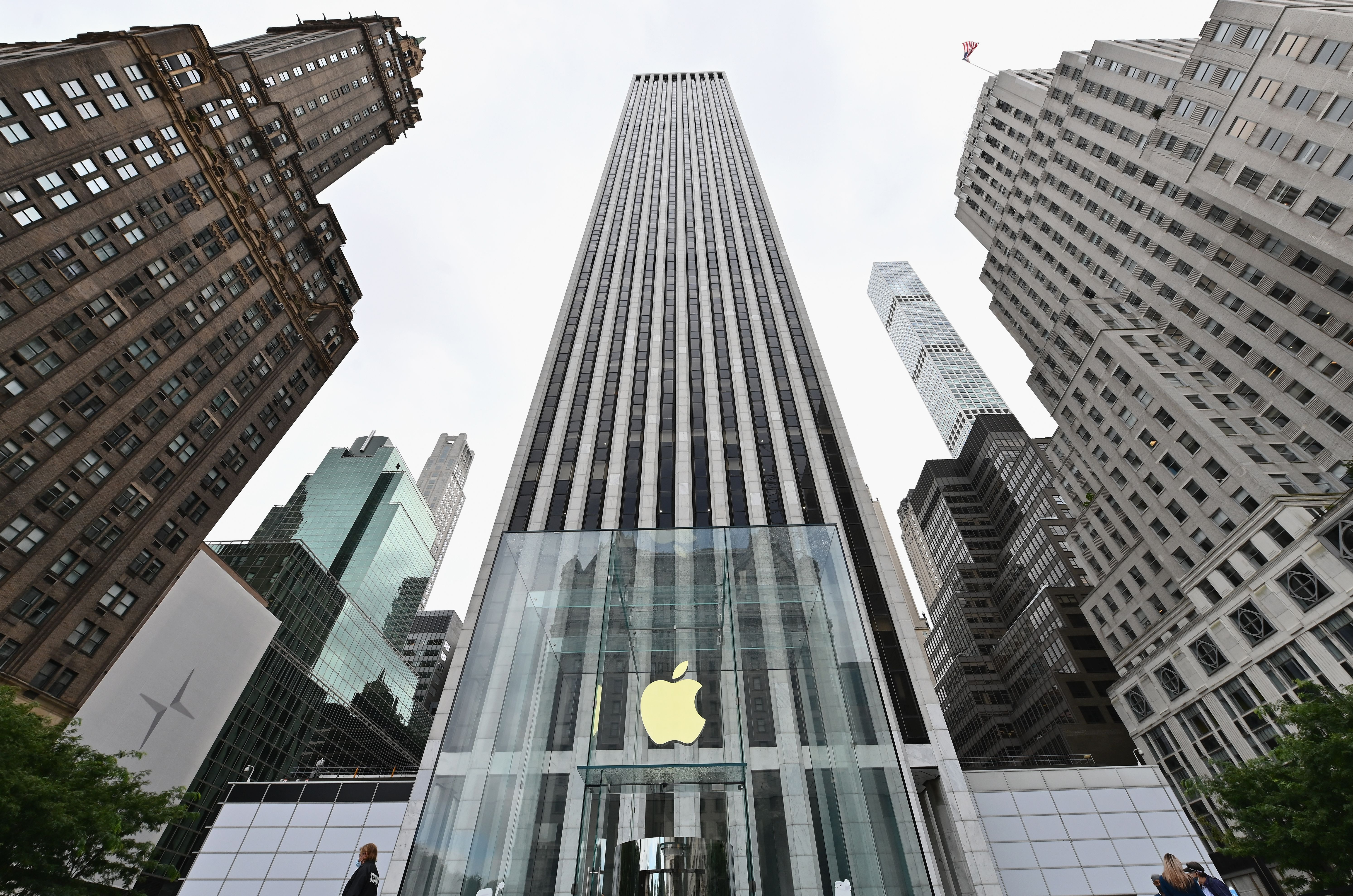 View of the Apple store on Fifth Avenue on September 28, 2020 in New York City. (Photo by Angela Weiss / AFP) (Photo by ANGELA WEISS/AFP via Getty Images)