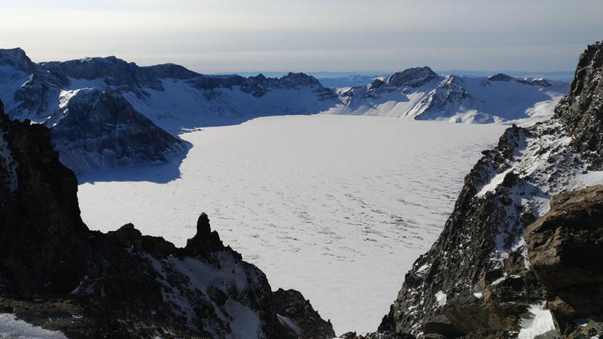 站在長白山遠眺天池感受前所未有的極境與極靜。(圖片來源:百威旅遊 黃子芸)
