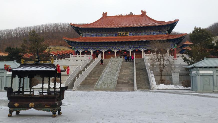 敦化市正覺寺大雄寶殿內有訴說釋迦牟尼佛降生到圓寂的故事。(圖片來源:百威旅遊 黃子芸)