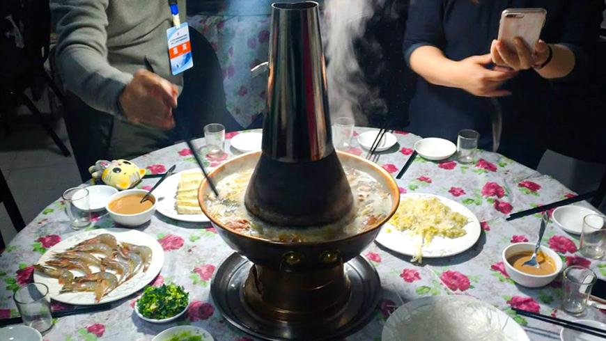 夜晚就是要來一鍋正宗滿足烏拉火鍋。(圖片來源:百威旅遊 黃子芸)