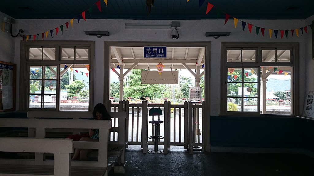 集集車站 (Photo by Adonis Lin, License: CC BY 3.0, Wikimedia Commons提供, 圖片來源commons.wikimedia.org/wiki/File:TRA_Jiji_Station_boarding_entrance_20140710.jpg)