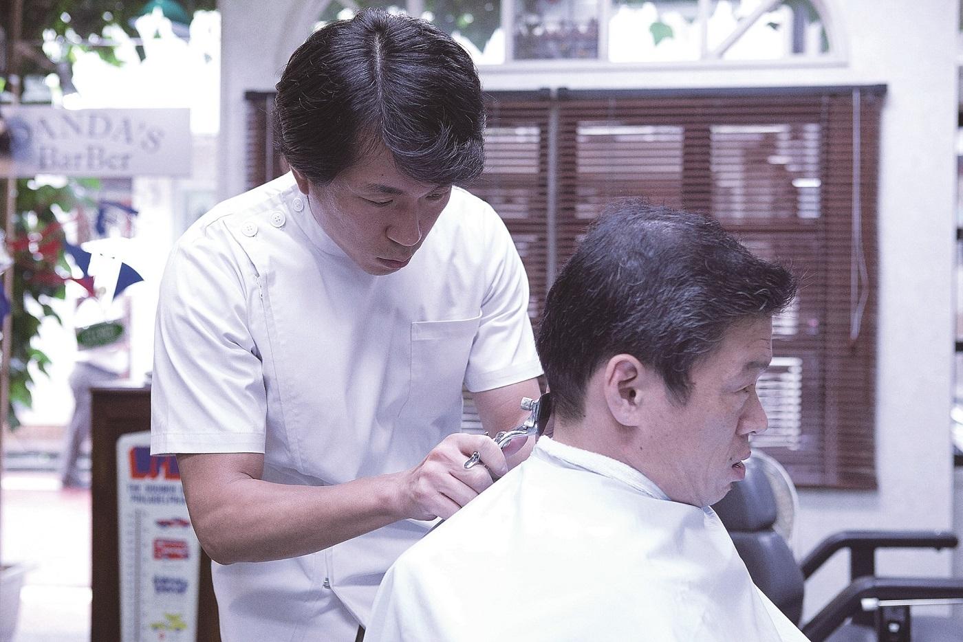 《窒息暴戾》、《沒關係,是愛情啊》、《壞傢伙們:惡的都市》的梁益準 劇中飾演口吃理髮師