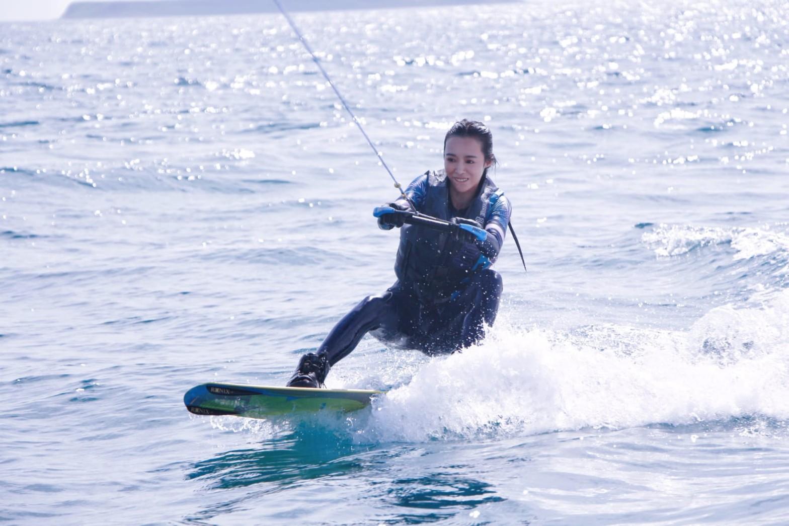▲第一次體驗寬板划水的康茵茵,馬上就抓到站起來的技巧。
