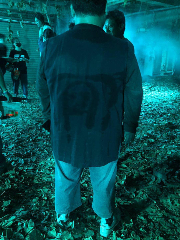 劉國劭在拍攝現場 襯衫背面驚見人臉\華影國際提供
