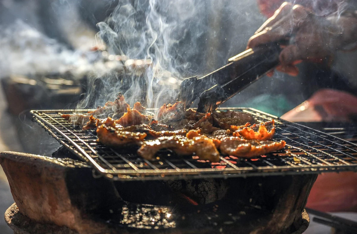(Photo Credit: HaiBaron@pixabay.com,圖片來源:https://pixabay.com/zh/photos/smoke-bbq-barbecue-grill-grilled-1568953/)