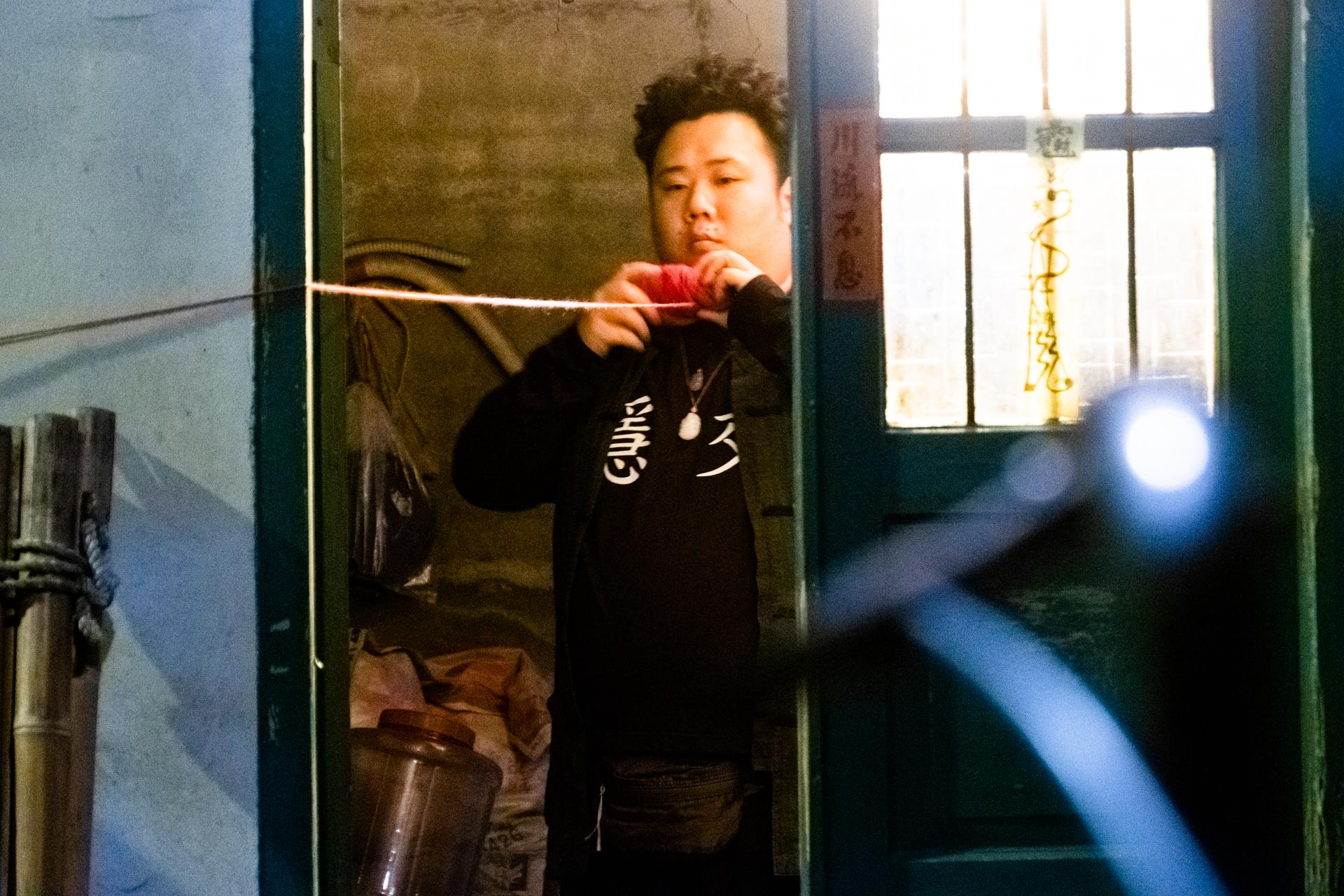 劉國劭片中穿著流行語T恤,成為話題 \華影國際提供