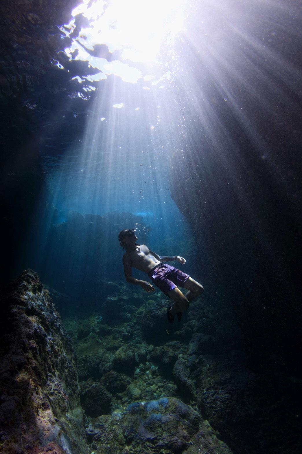 ▲綠島藍洞美得不像話,陳仲熙形容在水底,還能看到光線折射出所謂的耶穌光。