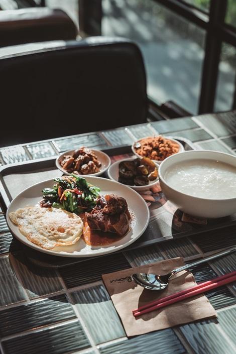 Moxy提供在地化風味早餐,清粥小菜為台灣人最愛。攝影/Ray