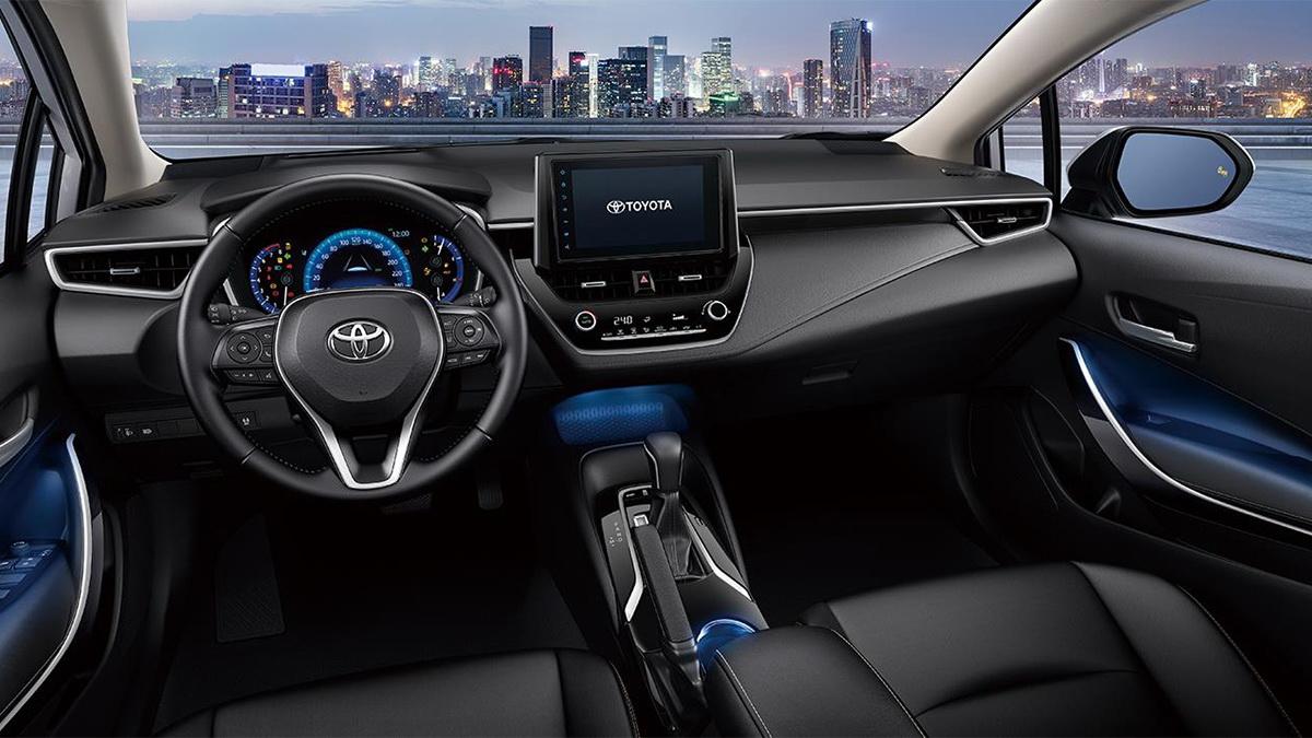 圖/2020 Toyota Corolla Altis 1.8尊爵版內裝大量以皮質與金屬飾條鋪陳,豪華皮革座椅提供優異包覆性,能減少長途行駛的疲勞感。