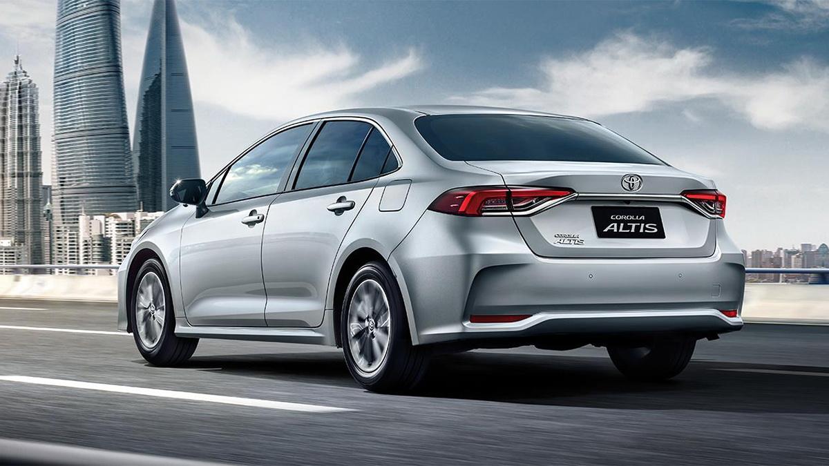 圖/2020 Toyota Corolla Altis 1.8尊爵版,後視藉由高科技LED光條式尾燈、加以鍍鉻裝飾巧妙點綴,使整體增添大器優雅的高級車質感。