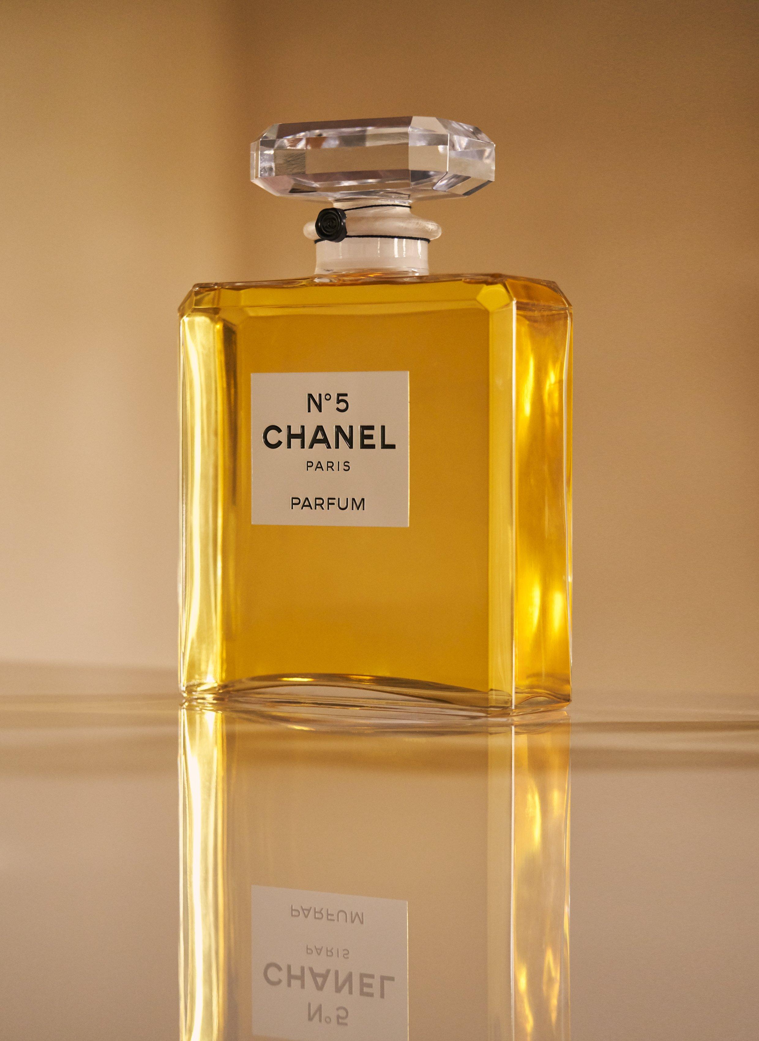 問世至今近百年,香奈兒 N°5 香水依舊是香奈兒的代表氣味,持續風靡全球。集奢華、優雅以及獨到的生活藝術於一身,也是品牌意義非凡的經典香氛。