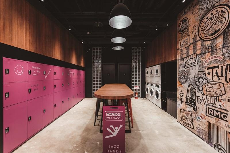 自助式洗衣區牆面塗鴉取材當地知名景點特色。 攝影/Ray