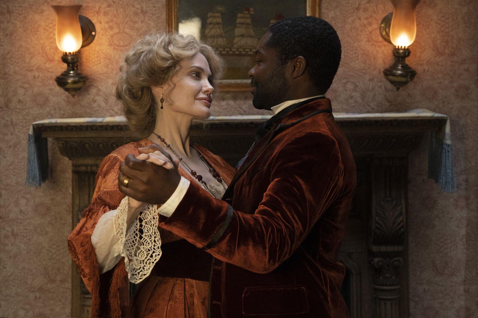 好萊塢巨星安潔莉娜裘莉最新力作《愛麗絲與夢幻島》11月12日搶先全美在台上映