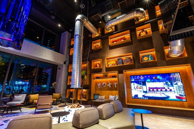 挑高寬敞明亮大廳,強烈混搭風又帶有輕工業風格。圖片提供/台中豐邑Moxy酒店