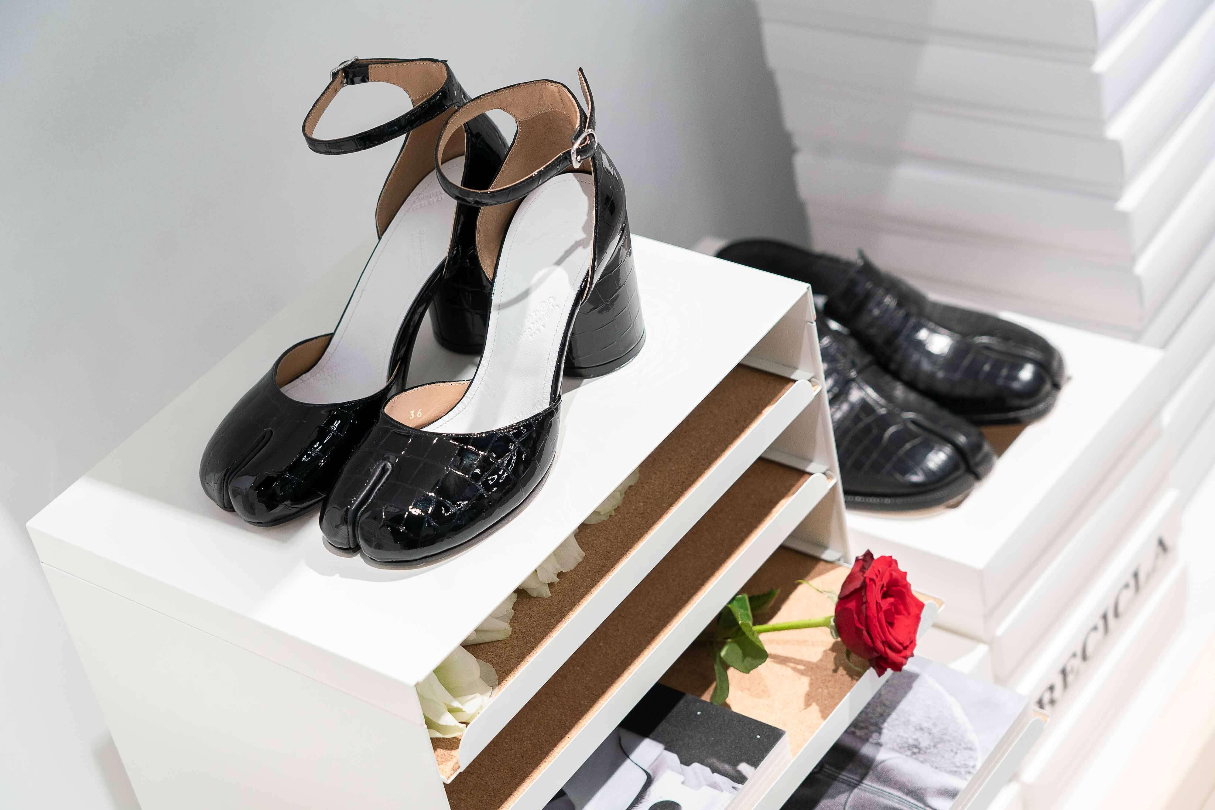 2020秋冬系統不僅重新致敬Tabi分趾鞋,還延伸推出各種不同鞋型的分趾鞋設計