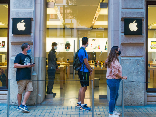 VALENCIA, SPAIN - 2020/10/13: People wearing face masks queue outside the Apple store on Colon Street. (Photo by Xisco Navarro/SOPA Images/LightRocket via Getty Images)
