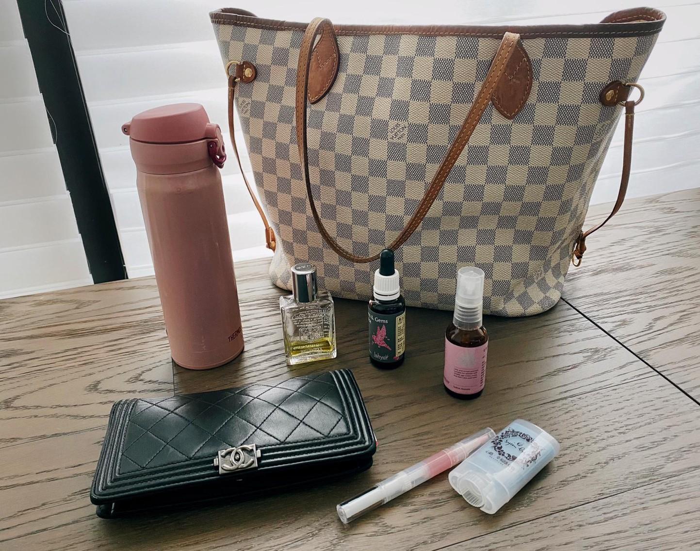 ▲黃心娣包包裡必備皮夾、護唇膏、精油等用品。