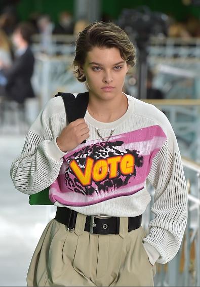 Louis Vuitton在2021春夏系列大秀上,以一襲印著Vote字樣的上衣開場