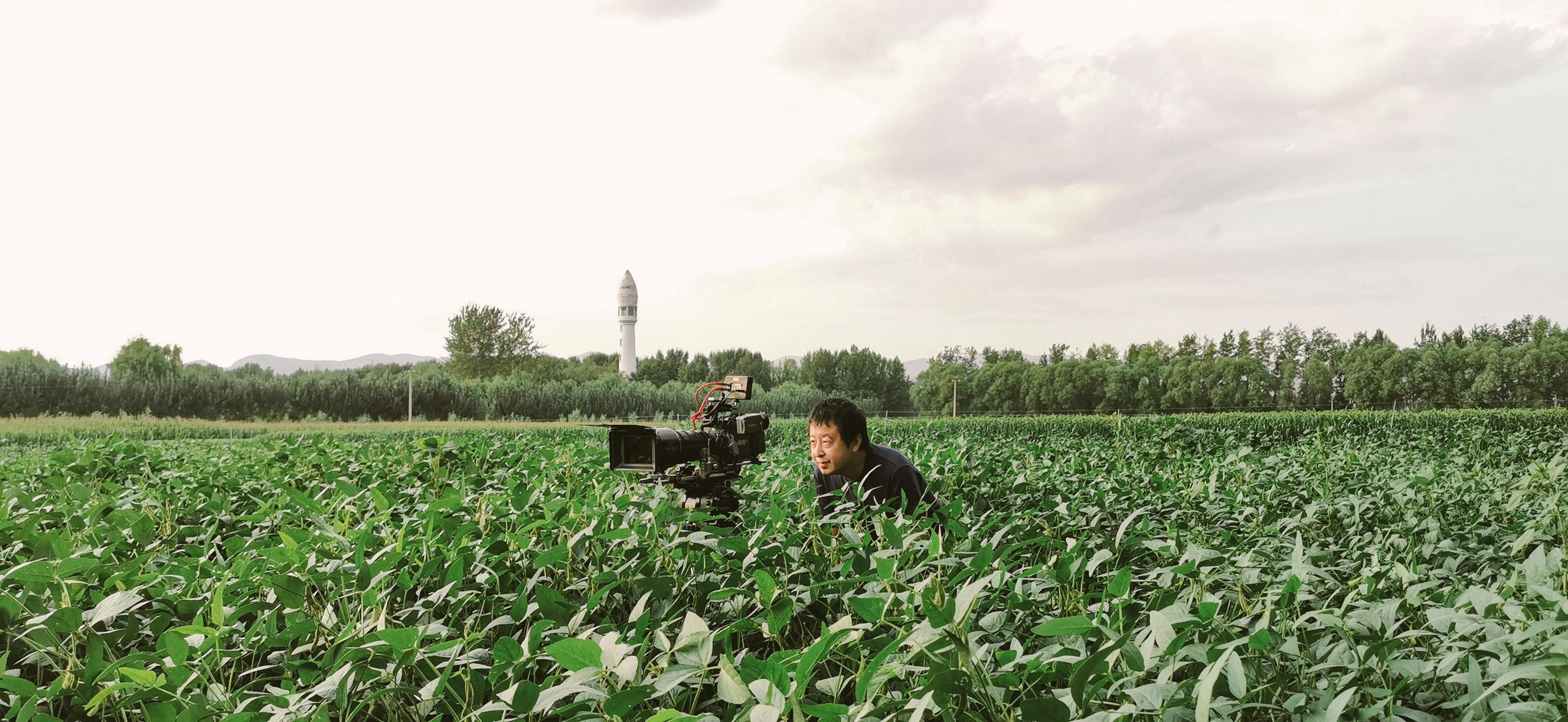 賈樟柯導演拍攝最新文學紀錄電影《一直游到海水變藍》工作照