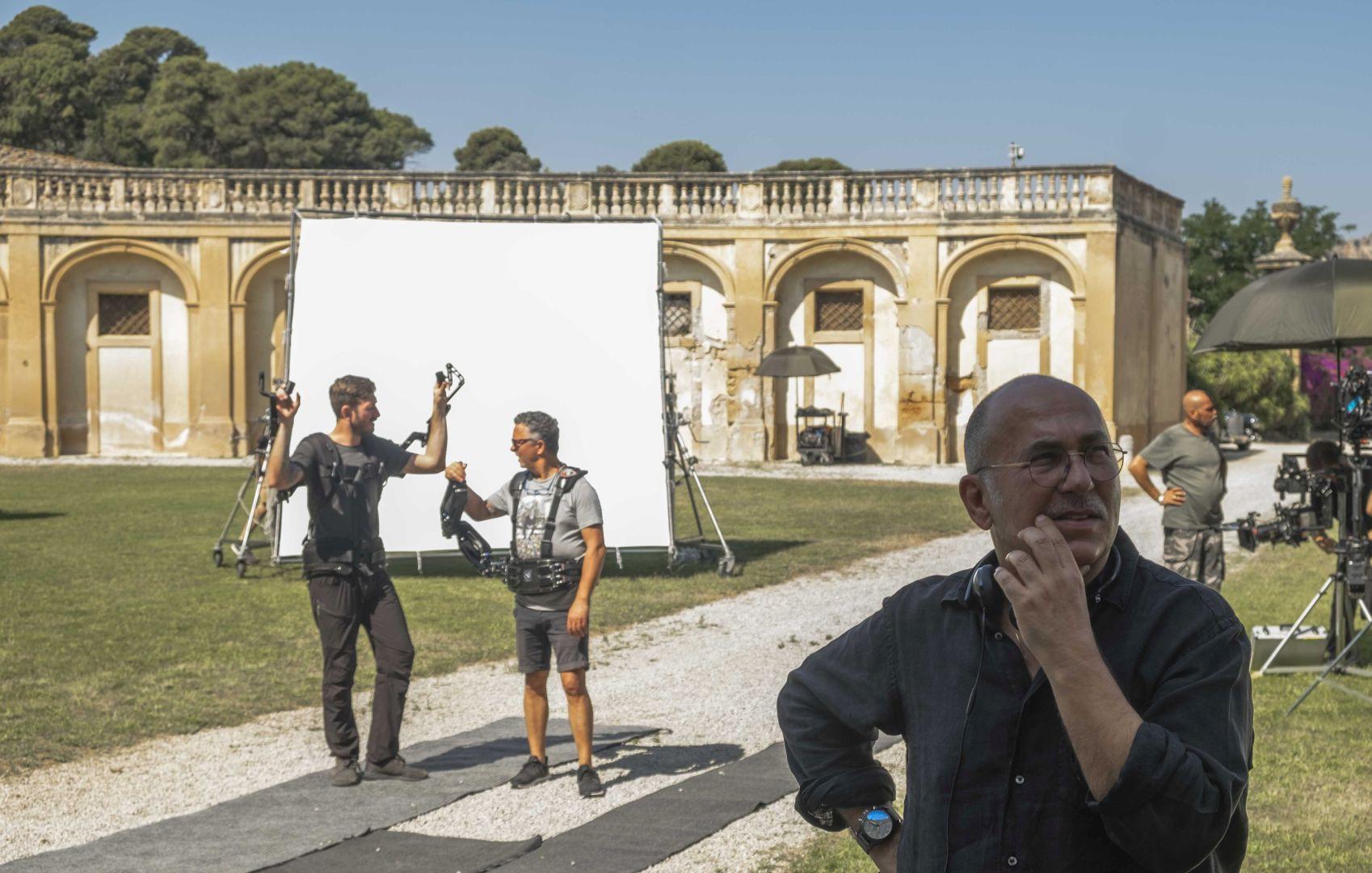 為支援《幸運女神》拍攝,羅馬政府首開先例出借「幸運女神神殿」古羅馬文物保護區2右為名導佛森歐茲派克(Ferzan Özpetek)