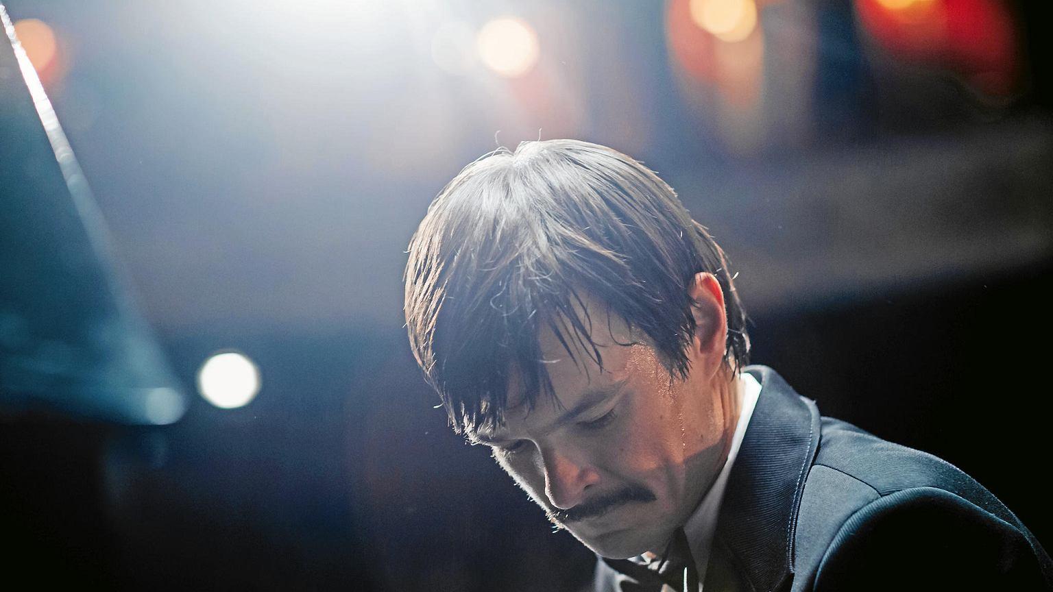 大衛奧格羅尼克演出《只有悲傷才是美麗的》得在3個月內熟練「天才盲琴家」米提克柯許所有演奏技巧