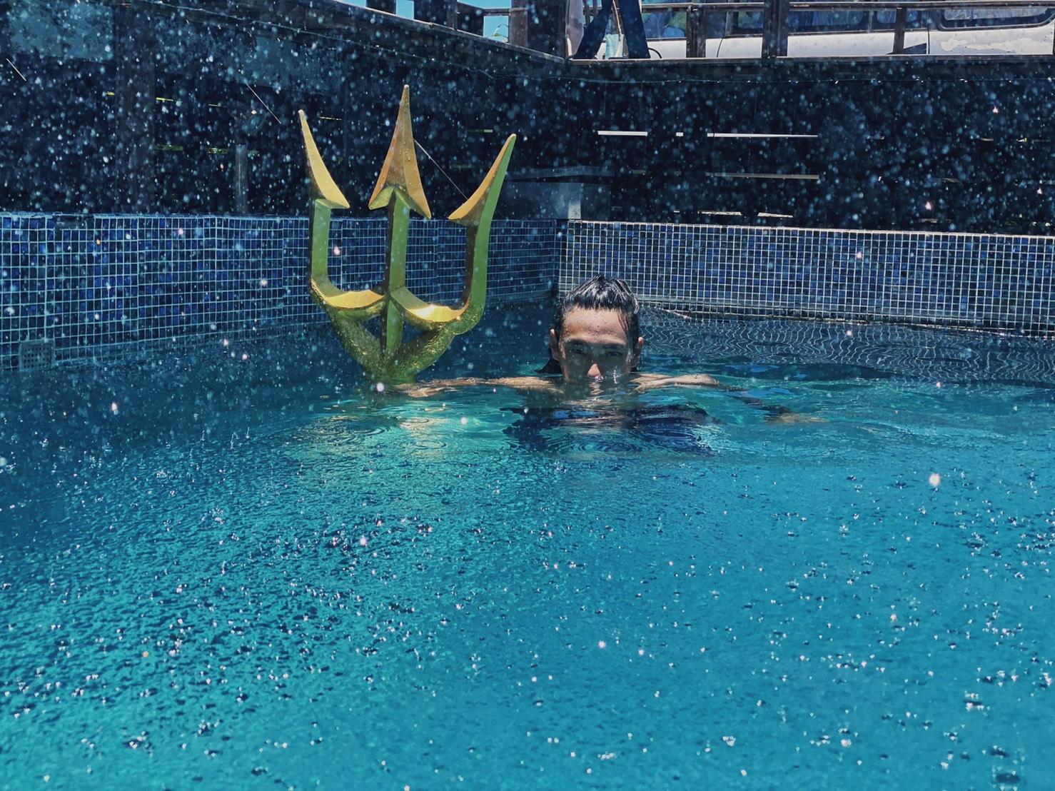 ▲陳仲熙住宿最重視景色,一定要有躺椅能日曬,民宿泳池也能讓他隨時能沁涼一下。