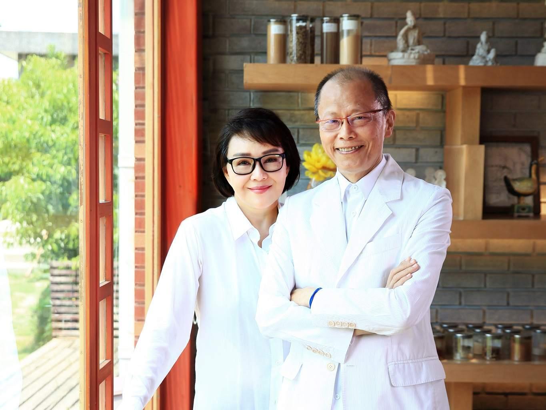 张毅和妻子杨惠姗。(图/翻摄自琉璃工房脸书)