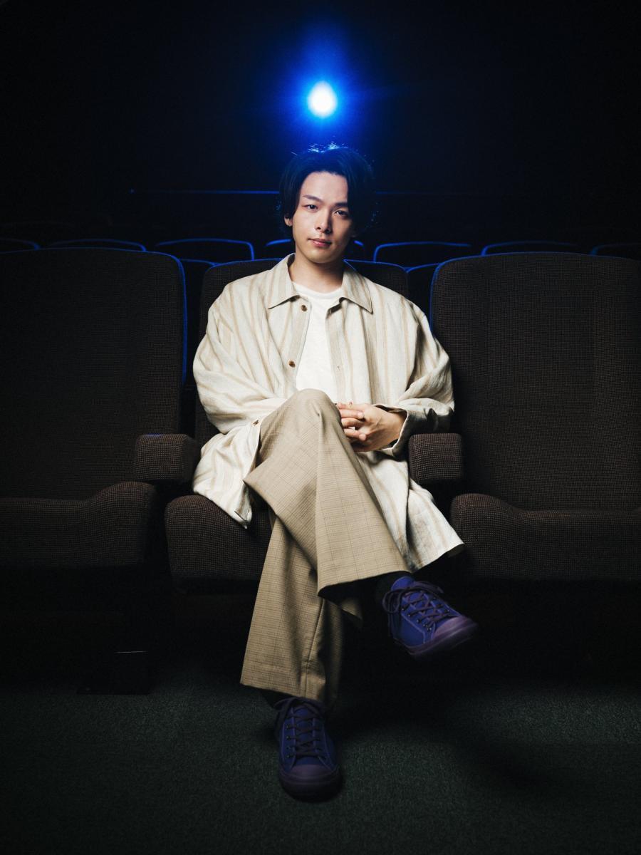 2019年在日本上映的迪士尼電影《阿拉丁》中為男主角配音,溫柔的歌嗓引發不少話題討論。