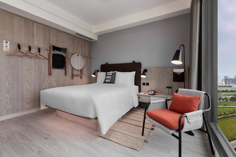 客房內,折疊式傢俱收納掛在牆上。圖片提供/台中豐邑Moxy酒店