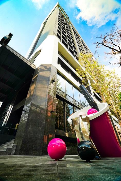 大樓前亮眼的珍珠奶茶裝置藝術,現已成為台中IG拍照打卡熱點。圖片提供/台中豐邑Moxy酒店