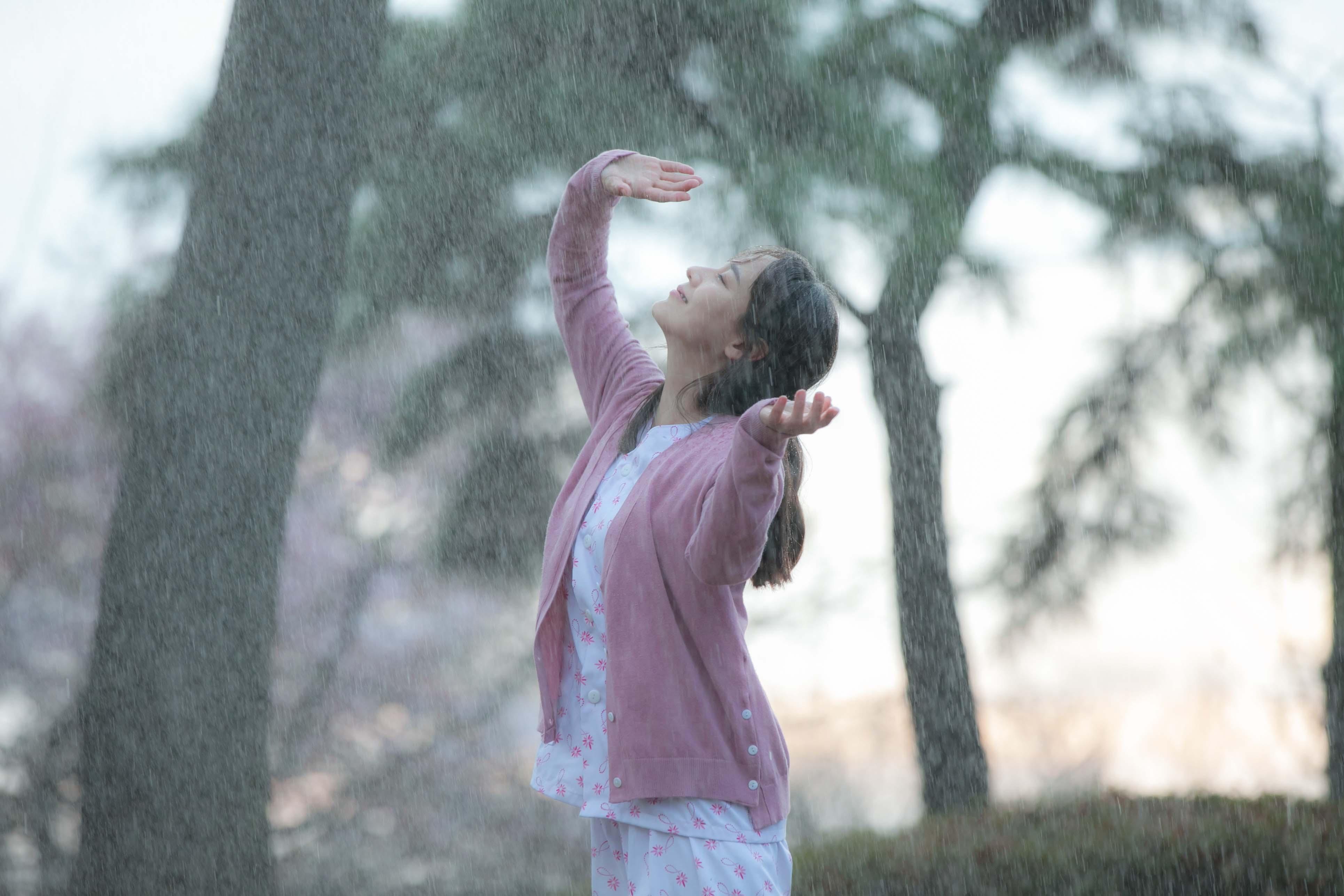 不論是在雨中、在櫻花樹下漫舞、在廚房忙進忙出煎著泡菜煎餅,柳真(如圖)的身影無疑都是全片最溫暖的存在