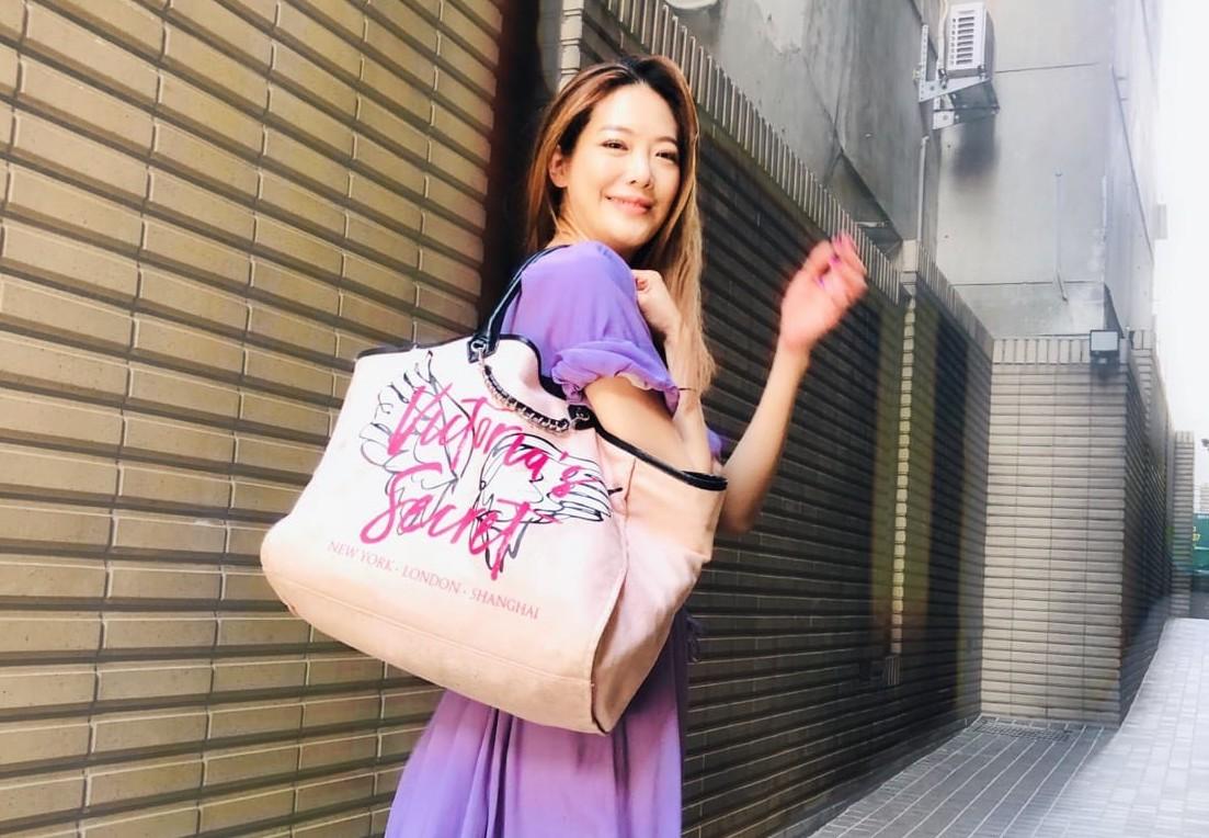 ▲投身教學工作的姚采穎,工作時較常使用大包包。
