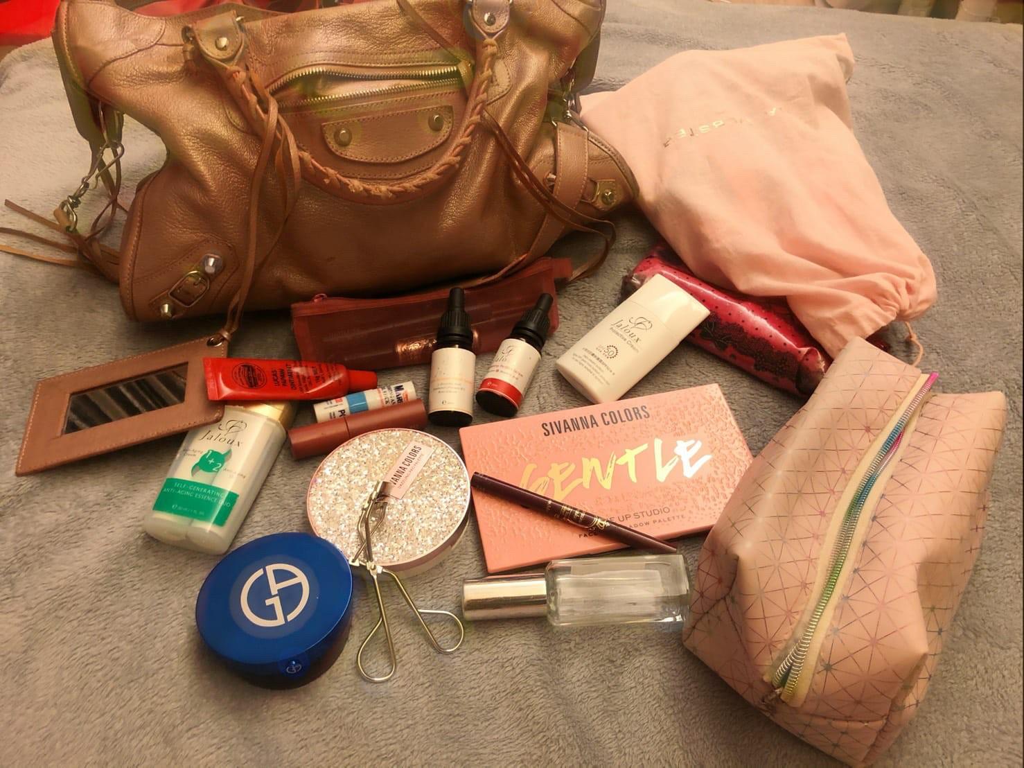 ▲化妝品是姚采穎包包裡必備的用品。