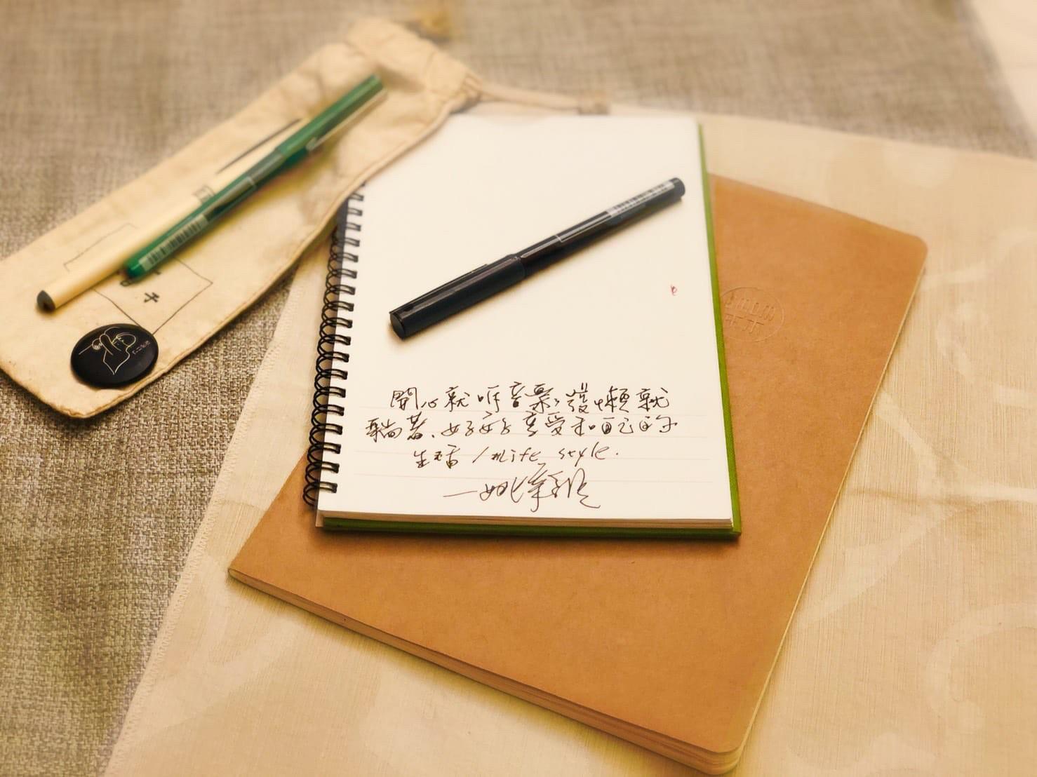 ▲姚采穎會隨身攜帶筆記本紀錄生活。