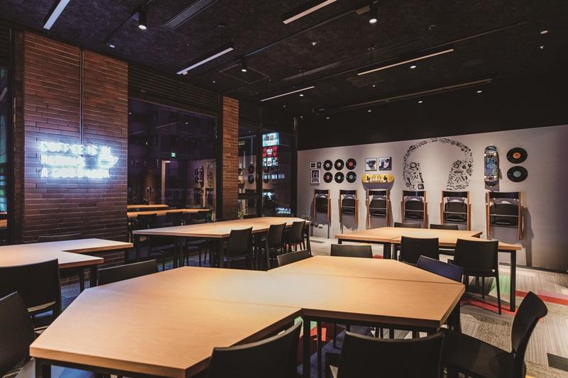 會議室採用明亮Moxy色調與爵士音樂風的活潑塗鴉。攝影/Ray