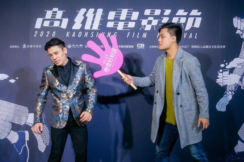 吳宏修(右)代替無法到場的姚愛寗重現電影海報的打巴掌場景,左為邱志宇