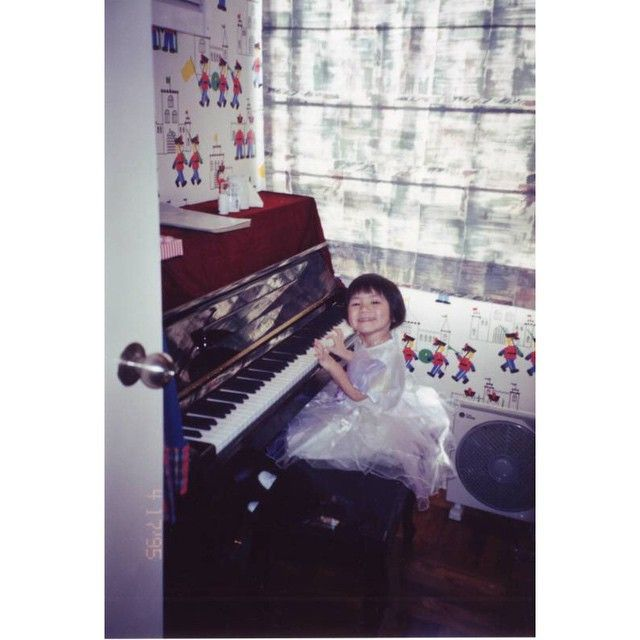 她從小就在音樂的薰陶下長大,13歲就考過了英國皇家鋼琴檢定八級的考試