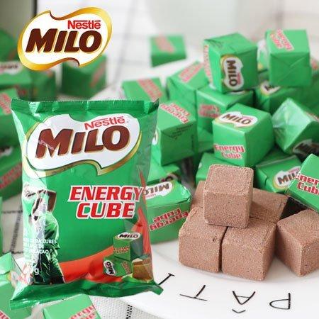 天氣變涼時就要來杯熱熱的巧克力!自馬來西亞紅回台灣的背包必備零嘴美祿能量方塊,將童年的回憶美祿粉壓縮成可攜帶式小包裝,可直接食用或使用牛奶及開水沖泡,完整保留其獨特的麥芽風味,口感豐富、香氣濃郁,喚醒你的兒時回憶!