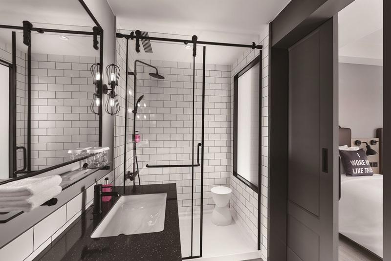 衛浴空間以白色磚牆搭黑色鐵架元素,展現個性質感。圖片提供/台中豐邑Moxy酒店