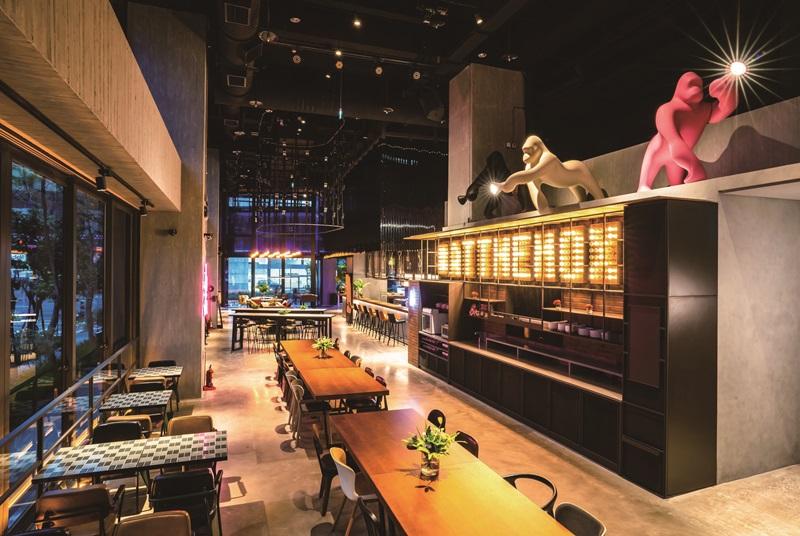 飯店代表吉祥物,三隻黑色、白色、粉色的大金剛。圖片提供/台中豐邑Moxy酒店