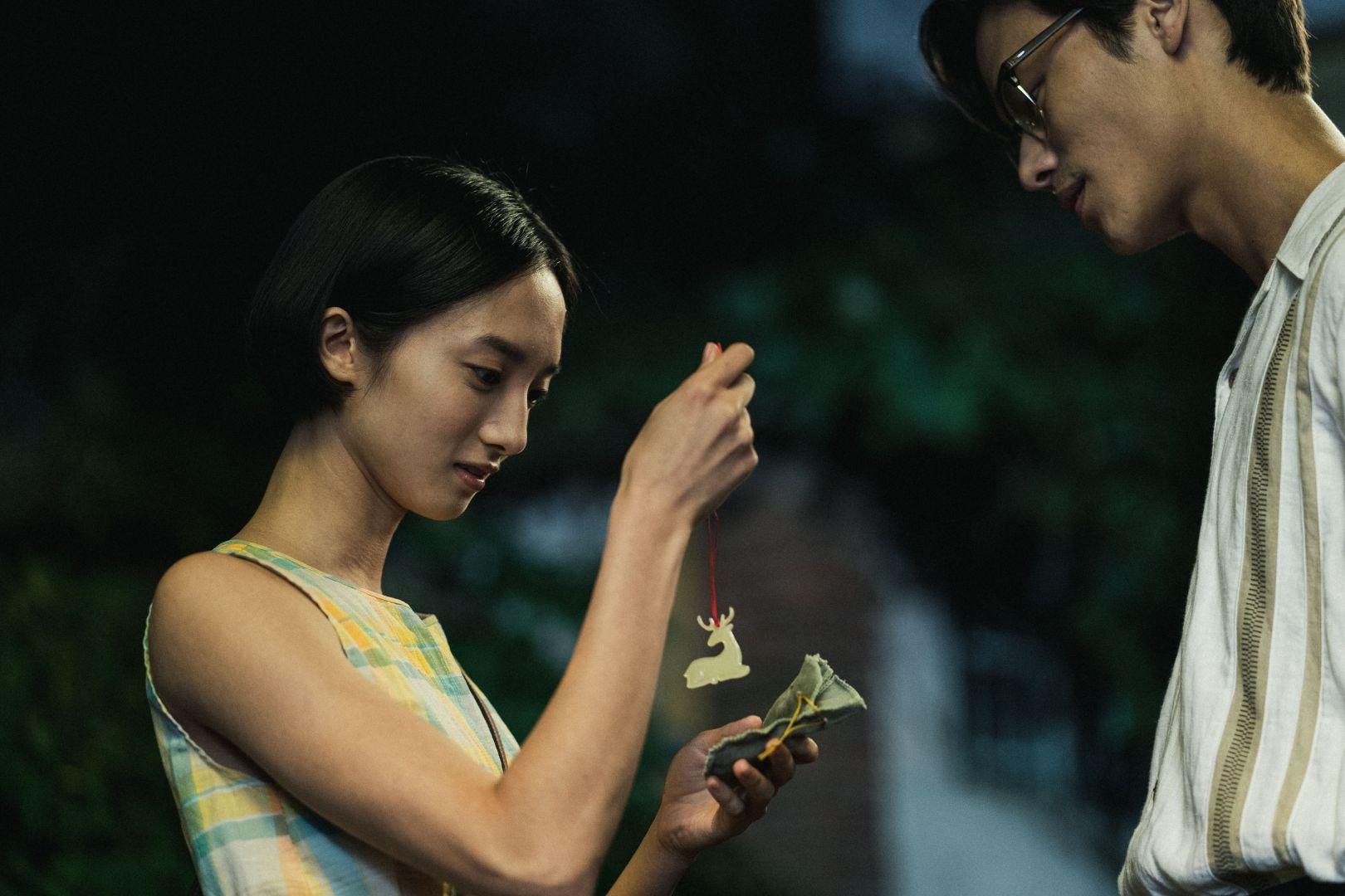 夏騰宏(右)與韓寧(左)重現遊戲中贈與白鹿玉珮的經典橋段