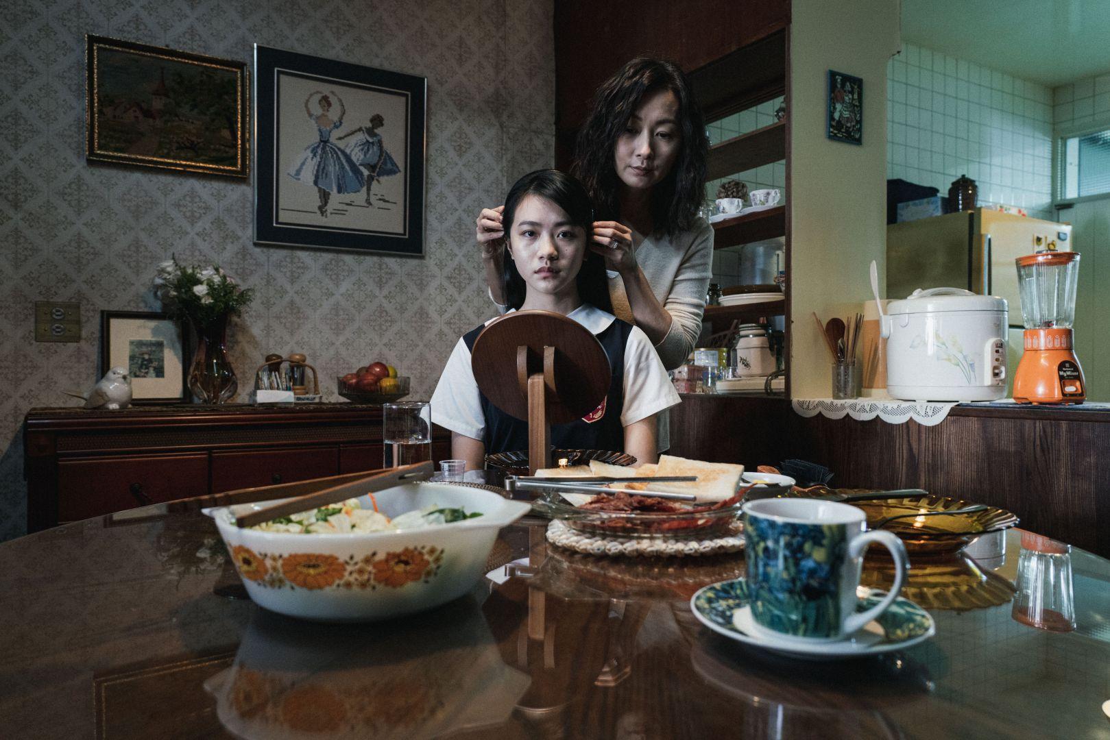 實力派演員鄭家榆(右)飾演李玲葦(左)的控制狂母親