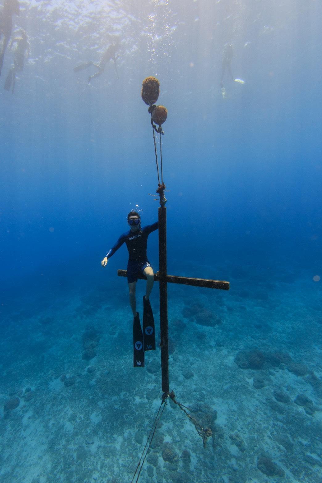 ▲陳仲熙一一造訪海底拍照聖地,與綠島海中十字架合影成就解鎖。
