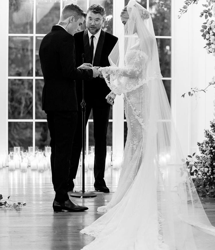 相比去年以盛大婚禮慶祝,今年Justin & Hailey Bieber的結婚紀念日看似相當「低調」。