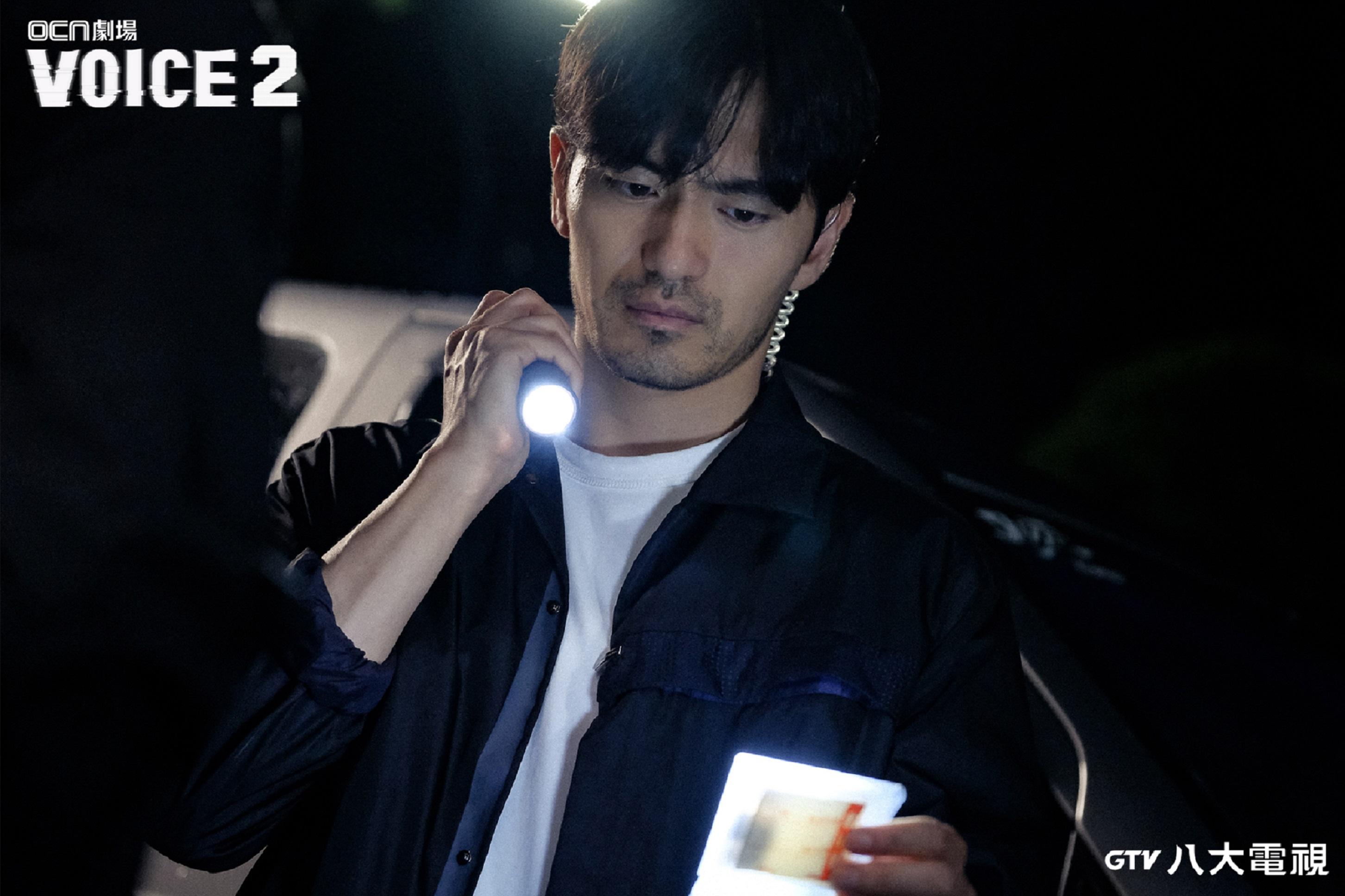 在《VOICE 2》初次亮相的李陣郁板著一個「撲克臉」,被譏是毫無社交能力的心理變態。(圖/八大)